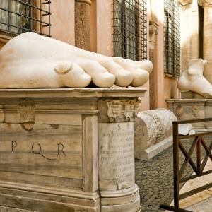 Фрагменты статуи Константина Великого, Рим / Тревел-фотография