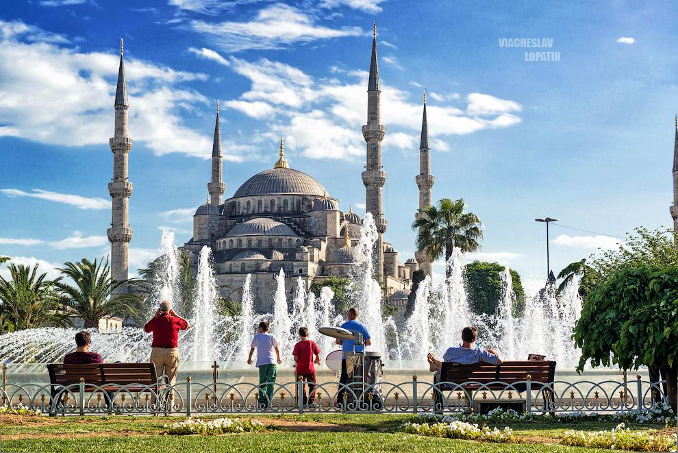 Голубая мечеть, или мечеть Султанахмет. Одна из красивейших мечетей Стамбула, а для туристов – самая главная. Несмотря на то, что мечеть находится в самом центре исторической части города и в нее валом валят толпы туристов, она действующая.