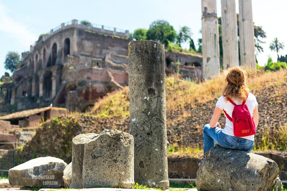 Римский форум: девушка сидит на руинах