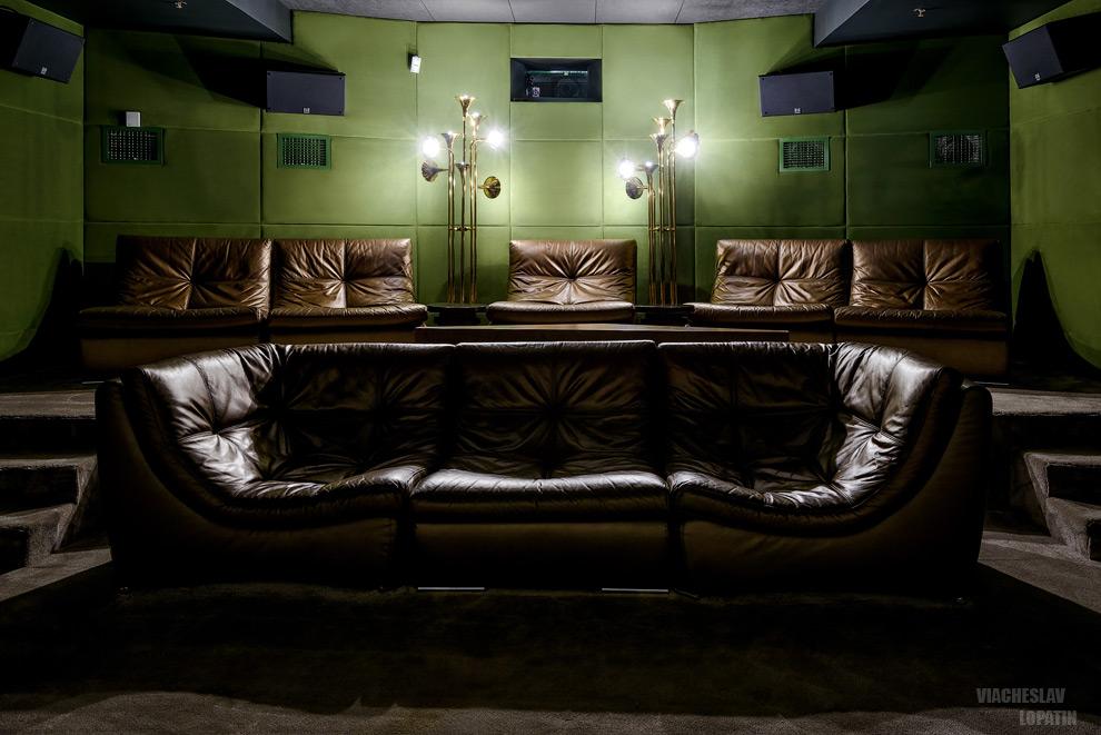 Зрительный зал с диванами