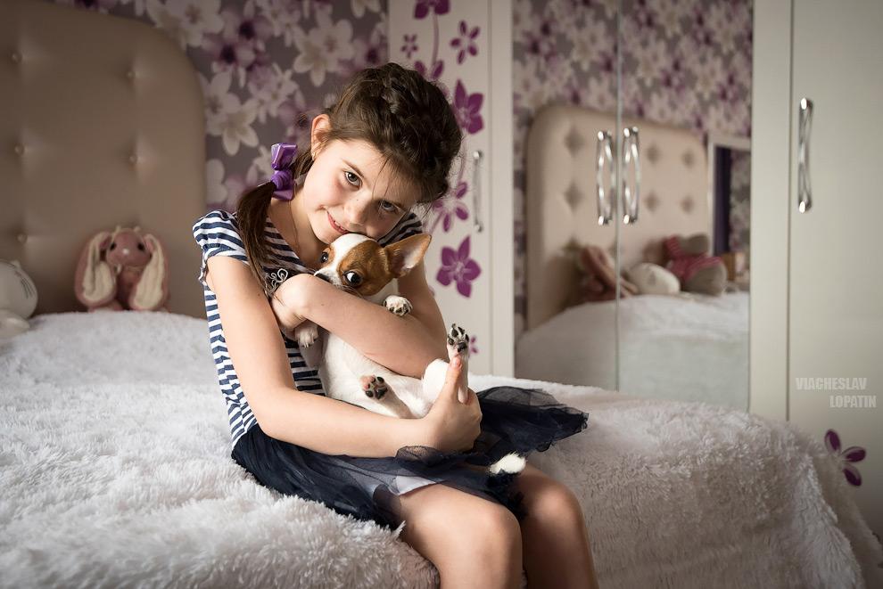 Девочка с собакой в детской комнате